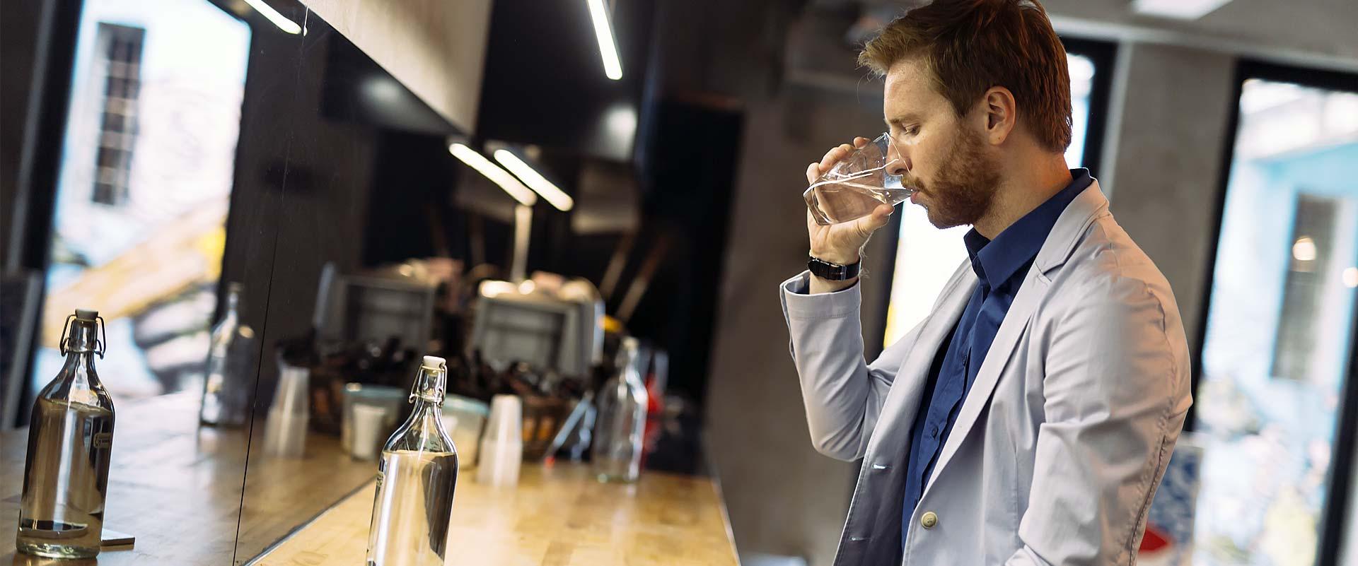 laborant pije wodę